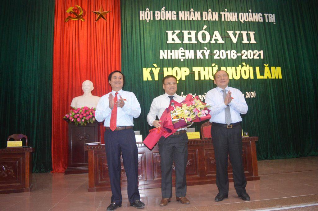 Ông Võ Văn Hưng (trái), ông Lê Đức Tiến (giữa) tại phiên họp HĐND tỉnh Quảng Trị ngày 9/6/2020