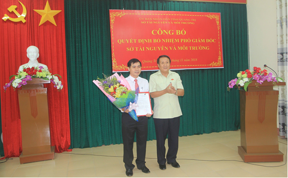 Đ/c Hà Sỹ Đồng - Phó Chủ tịch UBND tỉnh trao Quyết định bổ nhiệm PGĐ Sở TN&MT cho đ/c Võ Quốc Hoàng