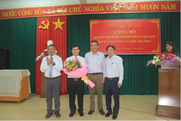 Lãnh đạo Sở TN&MT tặng hoa chúc mừng đ/c Võ Quốc Hoàng