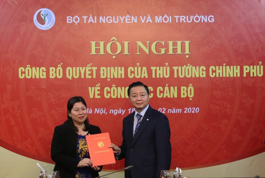 Bộ trưởng Trần Hồng Hà trao quyết định tái bổ nhiệm Thứ trưởng Bộ TN&MT cho bà Nguyễn Thị Phương Hoa
