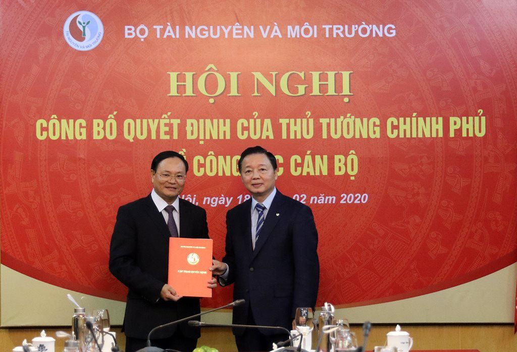 Bộ trưởng Trần Hồng Hà trao quyết định bổ nhiệm ông Lê Minh Ngân (trái) giữ chức vụ Thứ trưởng Bộ TN&MT